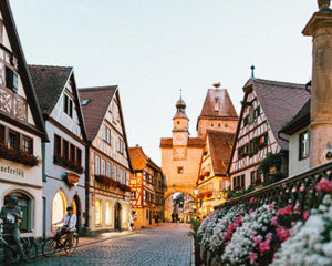 Röderbrunnen und Markusturm in Rothenburg ob der Tauber