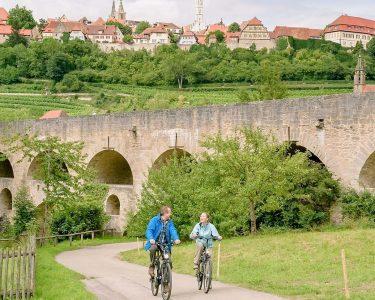 Radeln vor historischer Kulisee in Rothenburg ob der Tauber